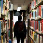 Biblioteka sa mnogo knjiga za koje morate naučiti veštinu brzog čitanja