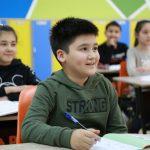 Nasmejano dete koje ne brine kako će izgledati polazak u školu i kako ga preživeti